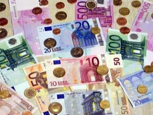 欧洲中央银行10日决议,调降基准利率至0.000%,并将存款利率砍至负0.400%,同时扩大每月量化宽松规模至800亿欧元。(中央社档案照片)