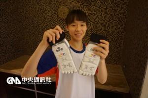 里约热内卢奥运跆拳道亚洲区资格赛15日领队会议,中 华队再三确认电子袜规格。图为选手黄怀萱拿着电子袜 。 中央社记者李宇政摄 105年4月15日
