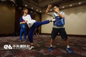 里约热内卢奥运跆拳道亚洲区资格赛15日领队会议,中 华队再三确认电子袜规格,并测试电子护具,事前做好 万全准备。 中央社记者李宇政摄 105年4月15日