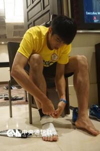 里约热内卢奥运跆拳道亚洲区资格赛15日领队会议,中 华队再三确认电子袜规格。图为选手刘威廷正在穿电子 袜。 中央社记者李宇政摄 105年4月15日