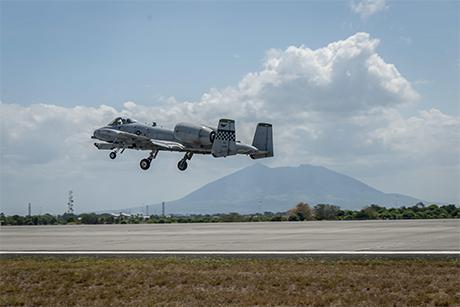美国空军雷霆二式攻击机降落菲律宾克拉克空军基地。