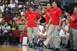萨布兰(中)是圣托马斯大学的新教练。图片取从 ABS-CBN 体育。 Sabulan ( middle) is the new coach of the University of Santo Tomas men's basketball team. Photo taken from ABS-CBN Sports.