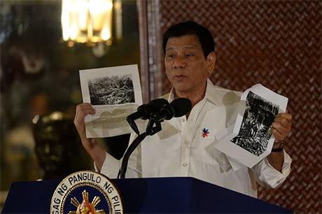 菲律宾总统杜特地在东盟高峰会上展示美国士兵杀害菲律宾人的照片。