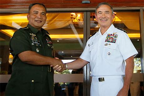 菲美两军22日在菲国三军总部完成一年一度的相互防御理 事会暨安全接战理事会(MDB-SEB)会议。图为美军太 平洋司令部司令哈里斯(前右)与菲国参谋总长维萨亚会後握手合影。