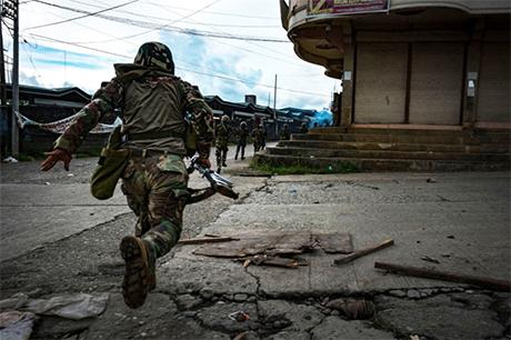 """菲律宾围剿南部大城马拉韦市""""马巫德集团""""恐怖组织。"""