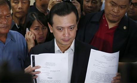 2018年9月5日,在菲律宾马尼拉南部巴赛市举行的菲律宾参议院新闻发布会上,菲律宾反对派参议员安东尼奥·特里拉内斯手持审判法庭决定给予他大赦的副本。