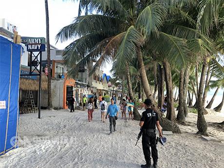 菲律宾着名观光景点长滩岛10月26日重新开放,当时即已部署多达400名警察遏阻不法分子犯罪,但扒窃事件依然频传。