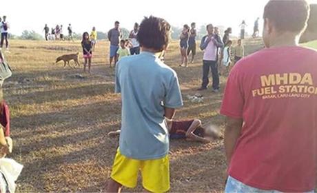 在拉普拉普市(Lala-Lapu City)邦卡尔(Bangkal)社的一块空地上找到了克里斯蒂娜•李•斯拉万(Christine Lee Silawan)的尸体,一半的脸皮被剥去了。好奇的旁观者正在围观。