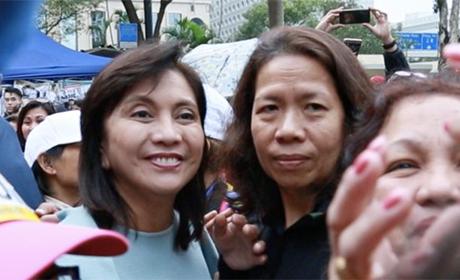 菲律宾副总统林丽妮 (左)在香港与菲律宾劳工合照。