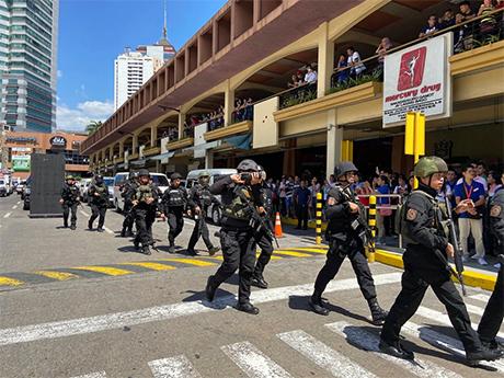 本周一,菲律宾圣胡安市青山购物中心遭枪击,约30人被绑架作爲人质,武装警察进入购物中心。